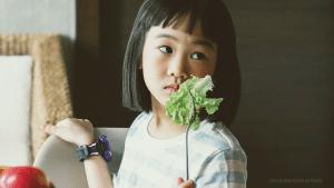 Niña comiendo ensalada