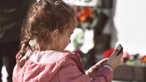 Niña jugando con app móvil